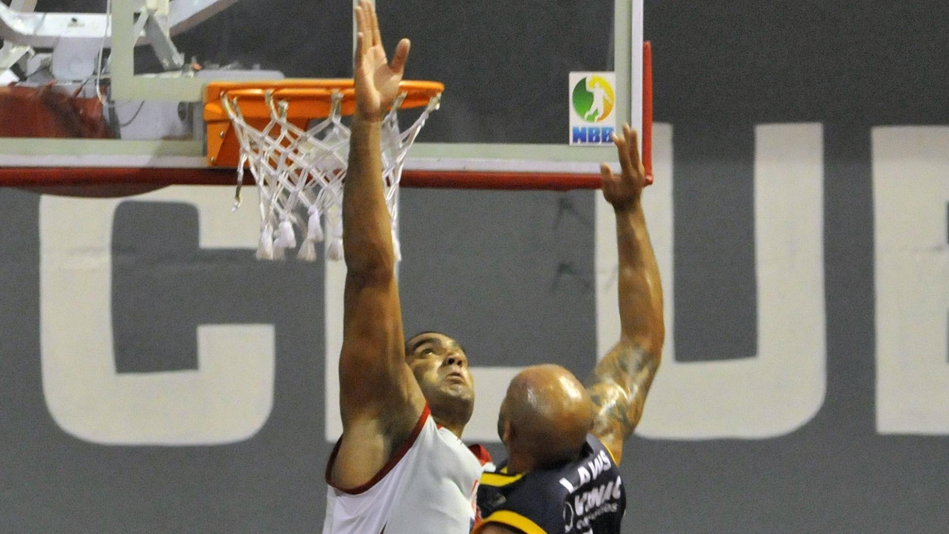 Rodrigo Bahia briga pelo rebote com Laws na partida entre Tijuca e São José (23/02/12)