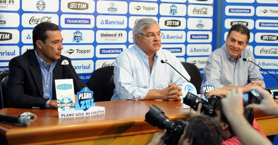 Vanderlei Luxemburgo (esq), o presidente do Grêmio Paulo Odone (centro) e diretor executivo Paulo Pelaipe conversaram com a imprensa nesta quinta-feira durante a apresentação do treinador