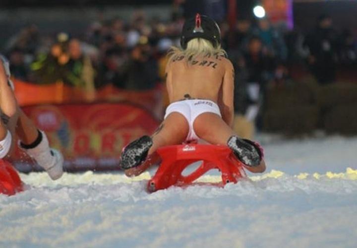 Atriz pornô Mia Magma desce seminua de trenó no gelo durante competição em Braunlage, na Alemanha; ela foi a campeã