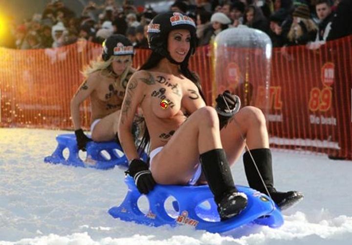 Competidoras seminuas participam de corrida de trenó no gelo em Braunlage, na Alemanha