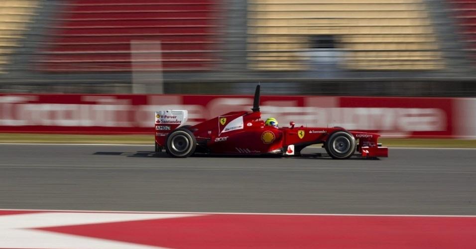 Felipe Massa acelera sua Ferrari pelo circuito de Barcelona