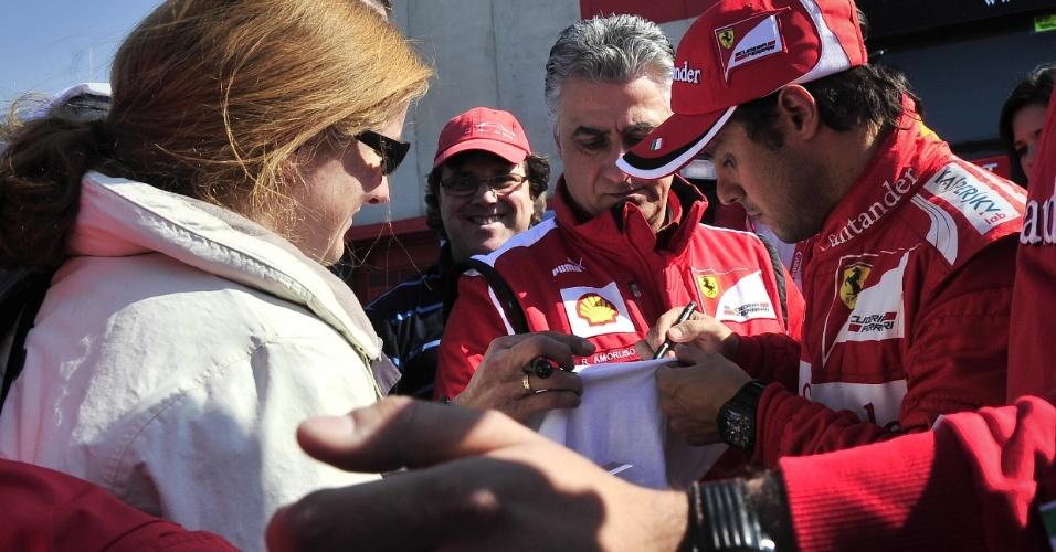 Felipe Massa distriubui autógrafos para fãs em Barcelona