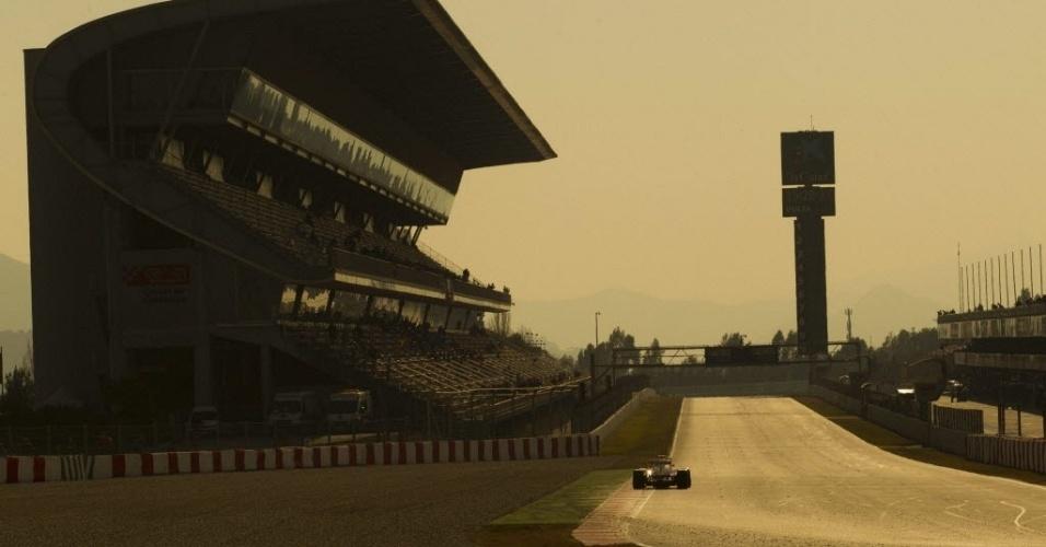 Felipe Massa entra na reta dos boxes no circuito de Barcelona