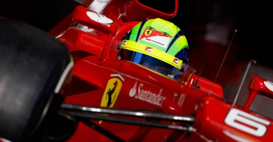 Felipe Massa pilota sua Ferrari pelo circuito de Barcelona