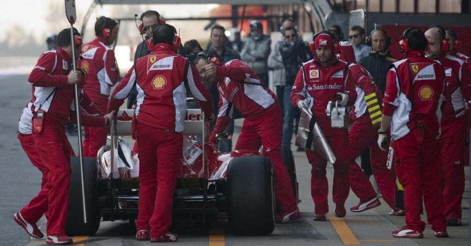 Felipe Massa volta para os boxes da Ferrari após dar algumas voltas em Barcelona