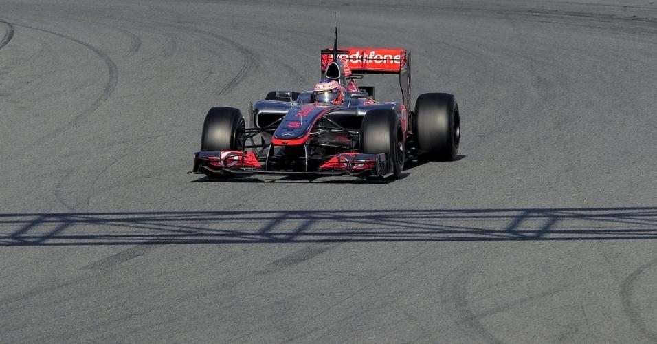 Jenson Button conduz sua McLaren pelo circuito de Barcelona