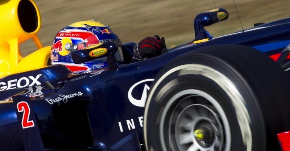 Mark Webber acelera sua Red Bull pelo circuito de Barcelona durante testes