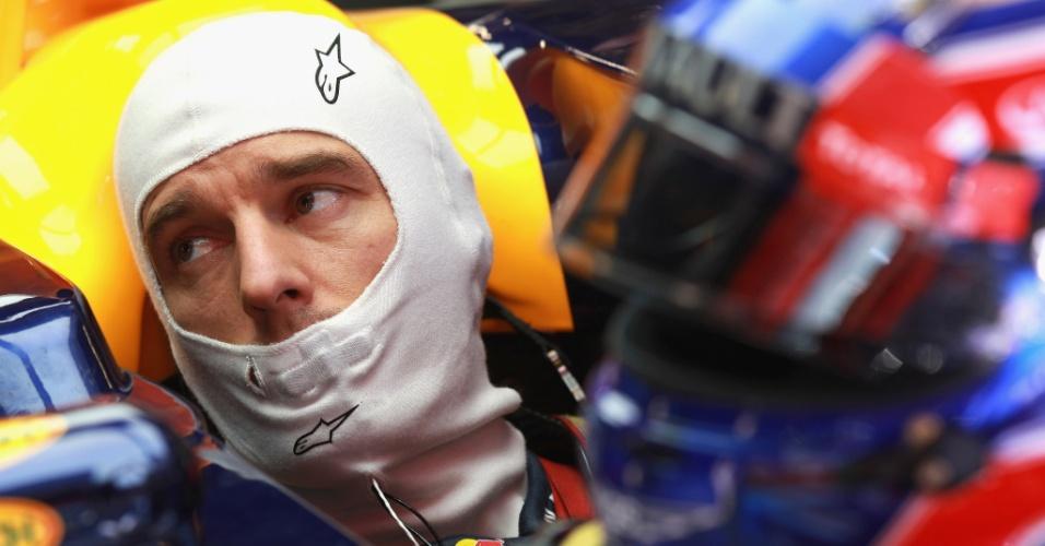 Mark Webber se prepara antes de ir para a pista durante treinos em Barcelona