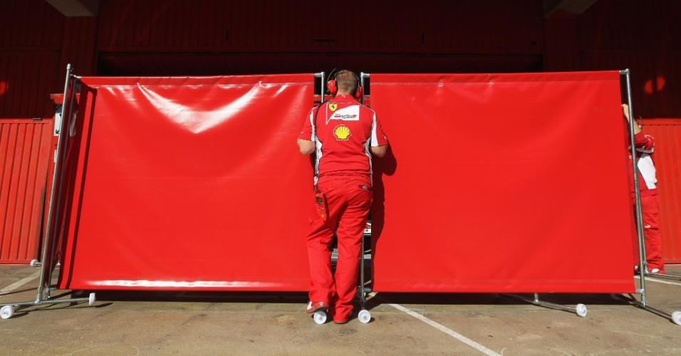 Mecânico da Ferrari tenta esconder movimentação da equipe nos boxes do circuito de Barcelona