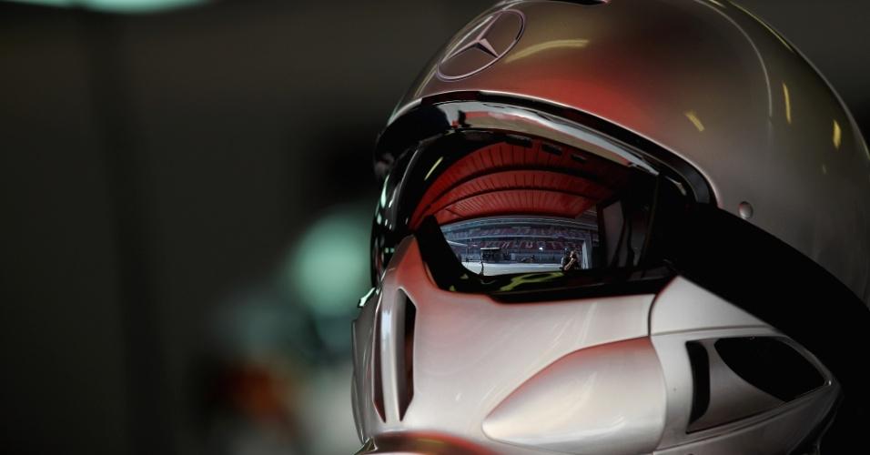 Mecânico da Mercedes acompanha treino em Barcelona