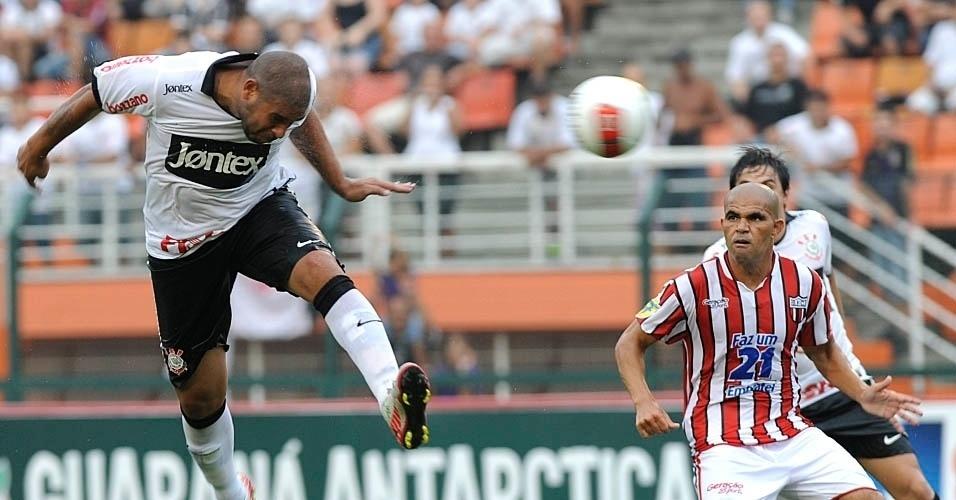 Adriano cabeceia para fora na partida contra o Botafogo