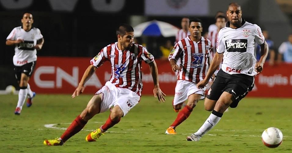 Adriano escapa da marcação adversária na partida contra o Botafogo-SP