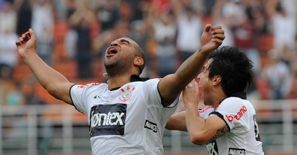 Adriano festeja gol pelo Corinthians após aproveitar sobra dentro da área
