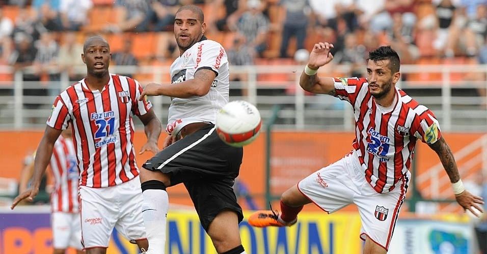 Depois de abrir o placar, Adriano tenta jogada na partida entre Corinthians e Botafogo
