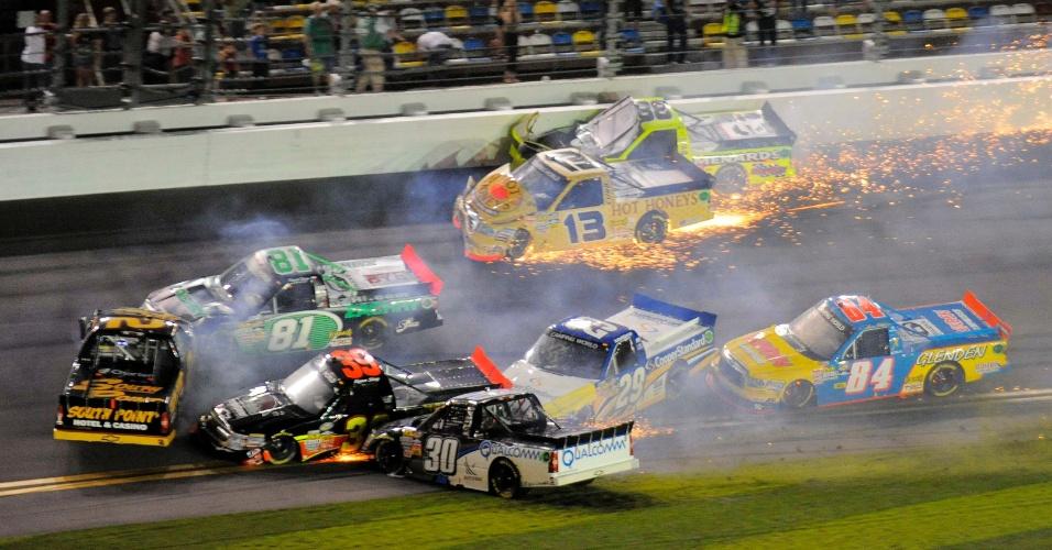 Nelsinho Piquet (30) bate em acidente e deixa a prova da Truck Series da Nascar após largar em segundo em Daytona (24/02/2012)