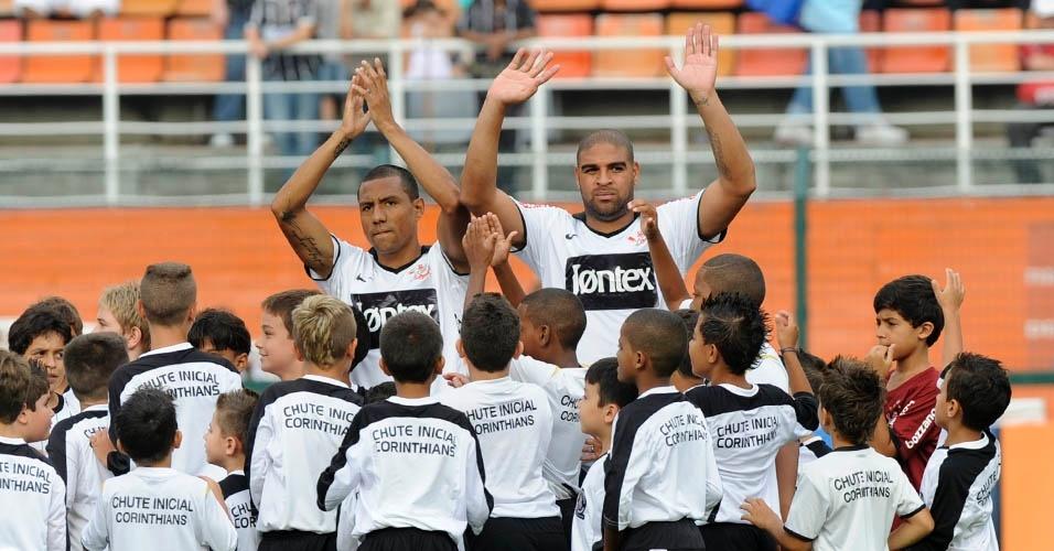 Ramirez e Adriano cumprimentam a torcida do Corinthians antes da partida contra o Botafogo