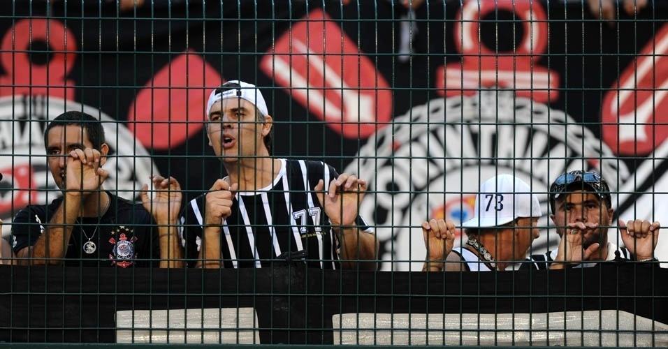 Torcedor do Corinthians observa atentamente lance da partida