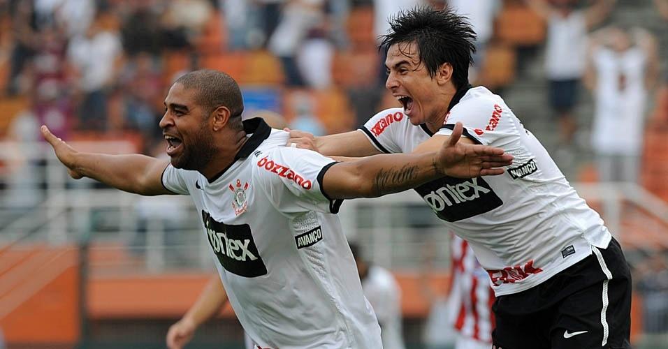Willian comemora com Adriano o primeiro gol do Imperador em 2012, no Pacaembu, diante do Botafogo