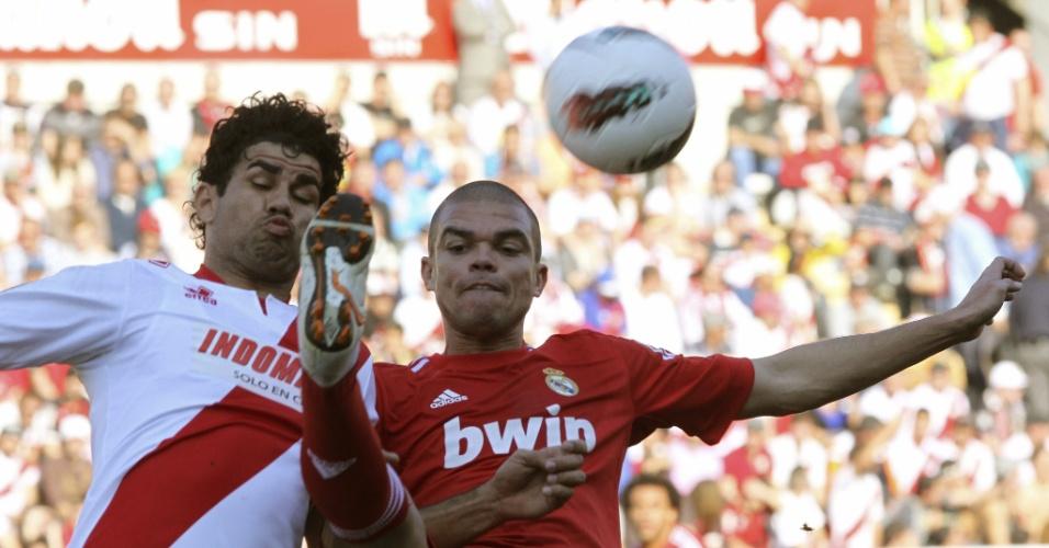 Ao seu melhor estilo, Pepe (d) realizou jogada no mínimo perigosa contra Diego Costa na partida entre Real Madrid e Rayo Vallecano