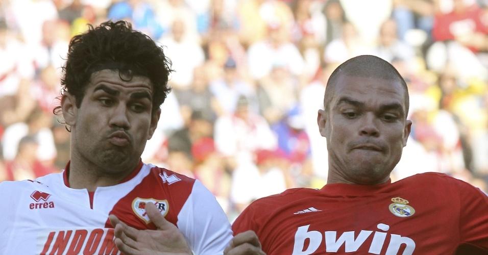 26.fev.2012 - Atacante brasileiro Diego Costa, do Rayo Vallecano, disputa bola com Pepe, zagueiro do Real Madrid, em jogo do Campeonato Espanhol