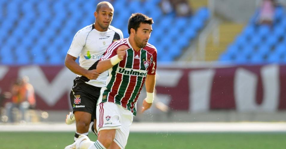 Deco conduz a bola no meio durante a final da Taça Guanabara