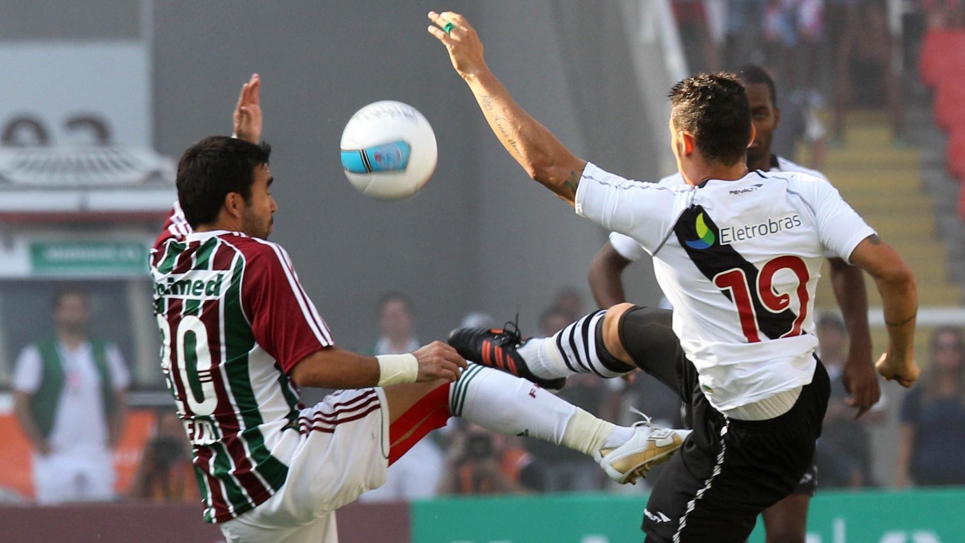 Deco e Cícero levantam o pé e brigam pela posse da bola