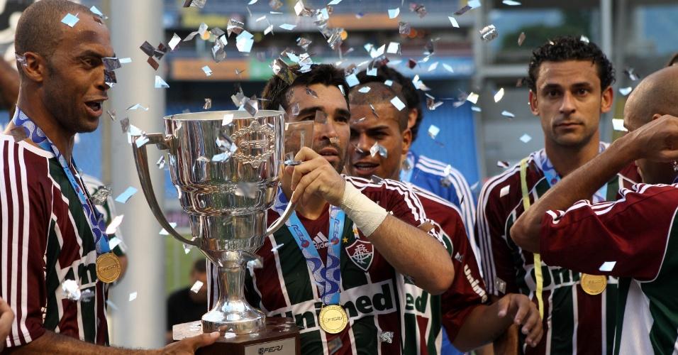 Deco exibe o troféu da Taça Guanabara