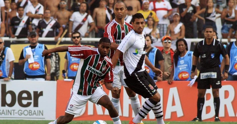 Diante da torcida do Vasco, Diego Souza sofre com a marcação dupla do Fluminense