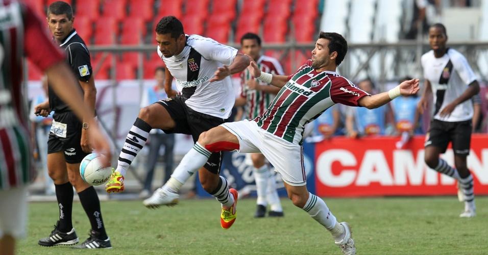 Diego Souza e Fred disputam a bola durante a final