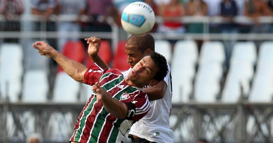 Fred disputa a bola com o defensor do Vasco