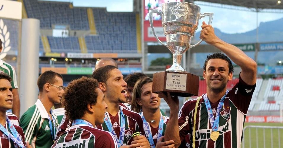 Fred exibe o troféu da Taça Guanabara para os torcedores do Fluminense