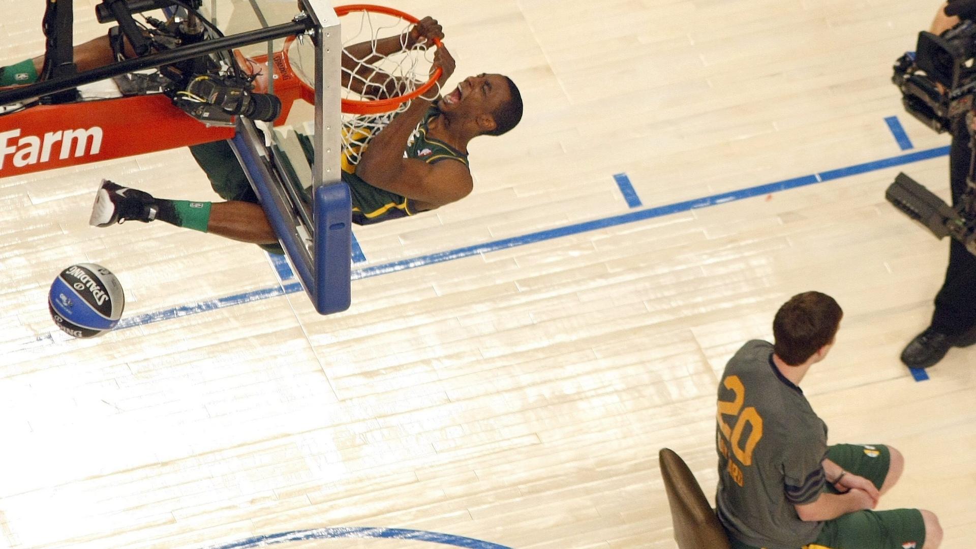 Jeremy Evans, do Utah Jazz, fica pendurado na tabela após saltar sobre companheiro no Concurso de Enterradas