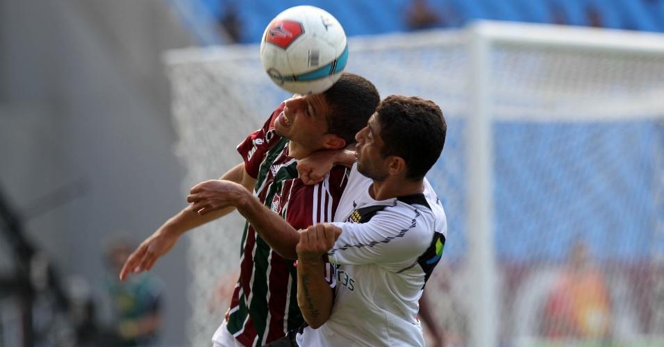 Jogadores de Fluminense e Vasco disputam a bola durante a decisão