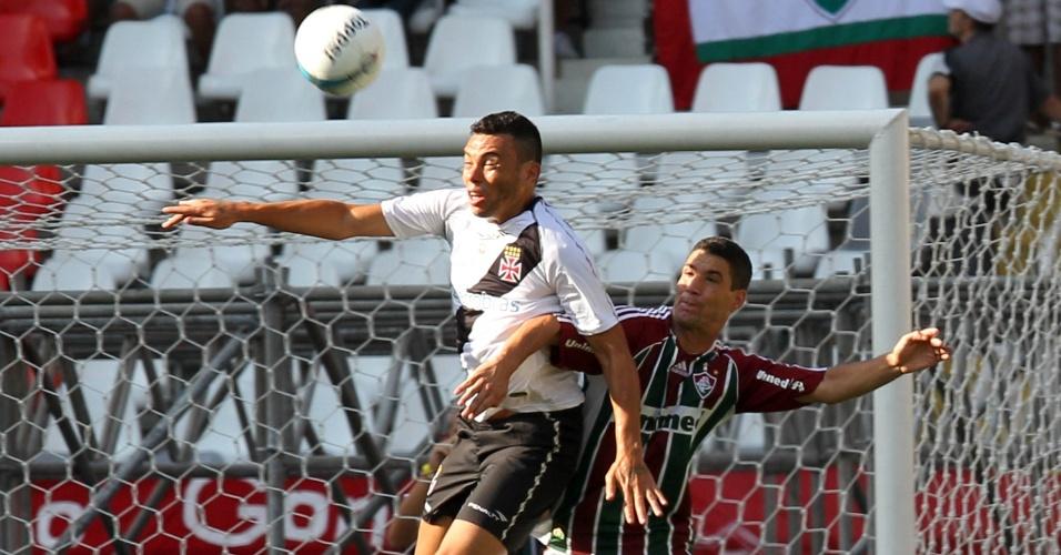 Jogadores de Vasco e Fluminense brigam pela bola na final da Taça Guanabara
