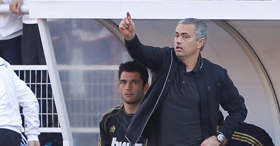 José Mourinho orienta jogadores do Real Madrid na vitória por 1 a 0 sobre o Rayo Vallecano neste domingo
