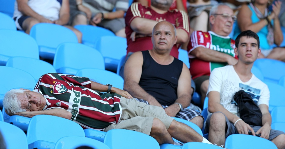 Mesmo com a chegada do público, torcedor não se inibe e continua dormindo