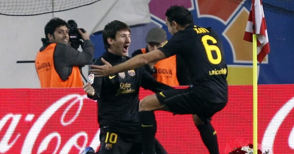 Messi é abraçado por Xavi após marcar o segundo gol do Barça na vitória sobre o Atlético de Madri