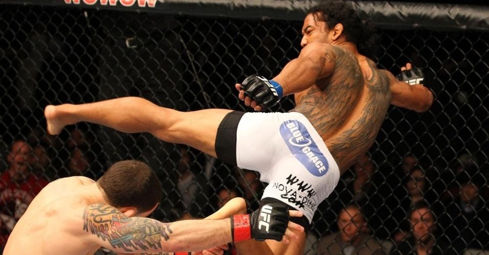 O combate entre Ben Henderson (direita) e Frankie Edgar valia o cinturão da categoria leve. Pela quarta vez. Edgar colocou em disputa o seu título no UFC