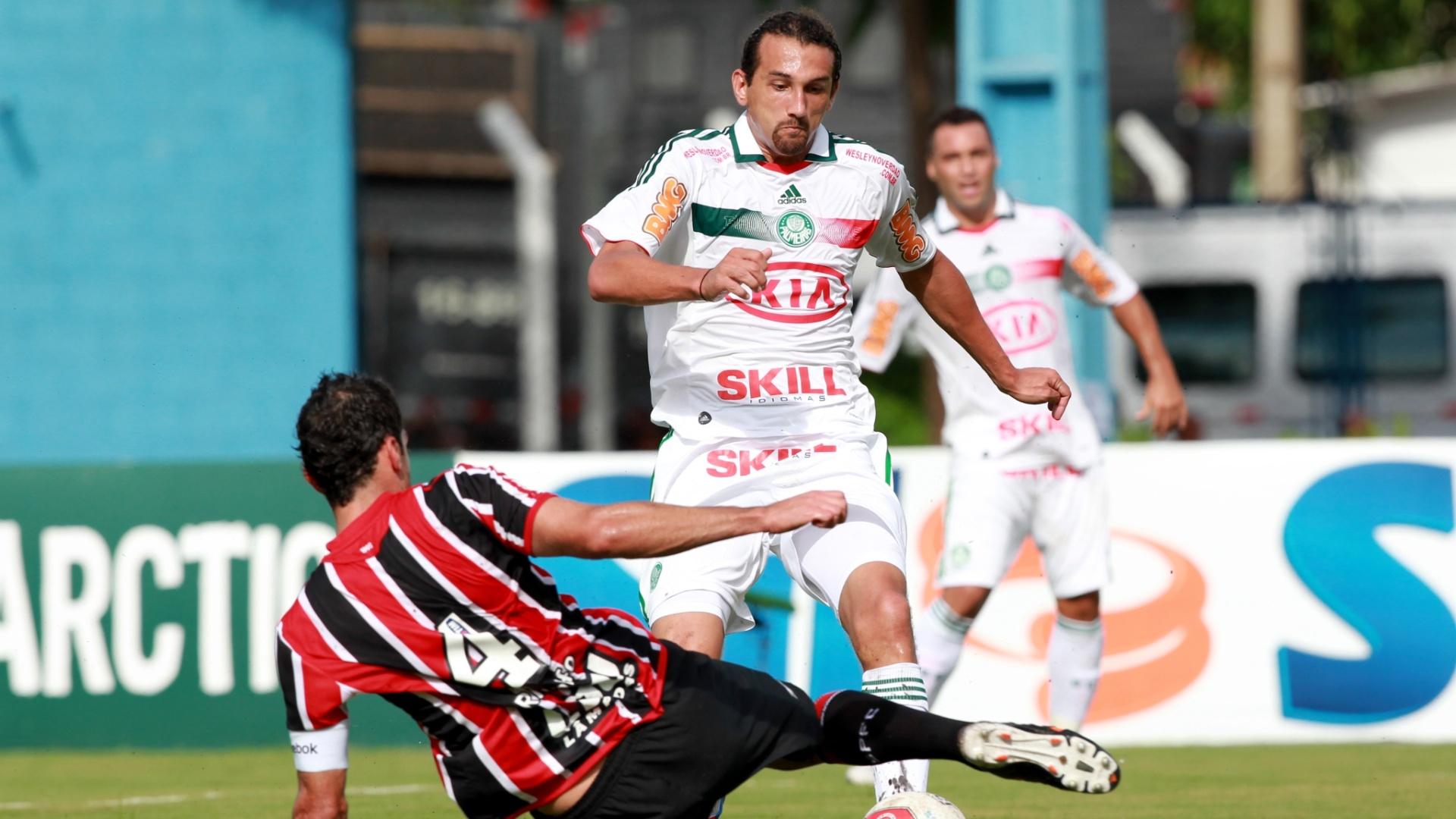 O zagueiro Rhodolfo tenta desarmar o atacante Hérnan Barcos no clássico entre Palmeiras e São Paulo, em Presidente Prudente