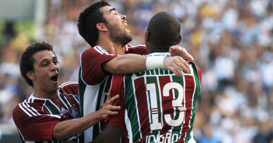 Wellington Nem e Digão comemoram o gol de Deco com o meia