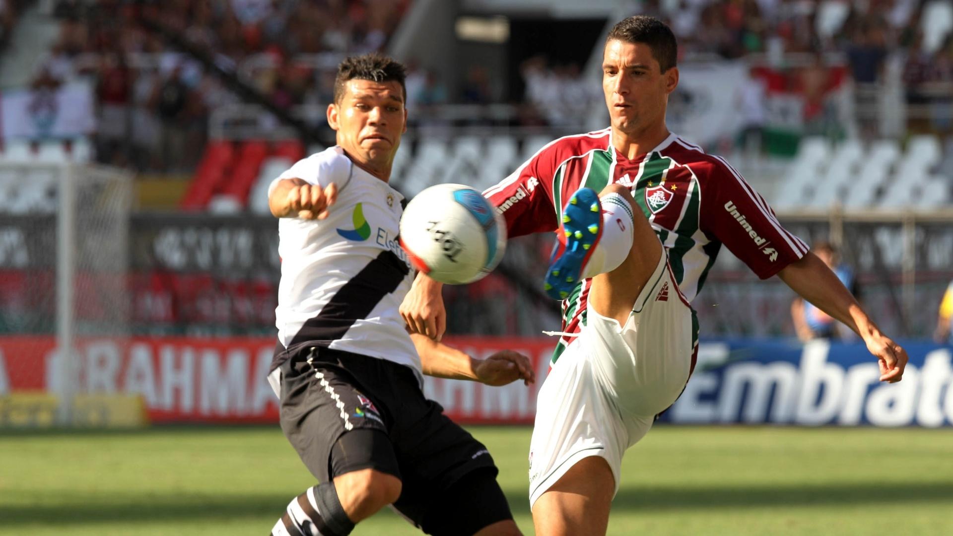 Thiago Neves disputa a bola com Nilton durante a decisão da Taça Guanabara
