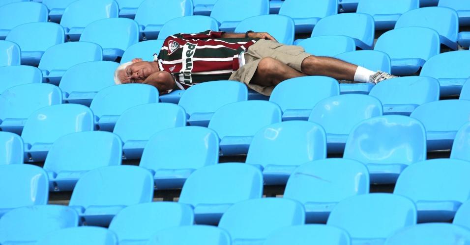 Torcedor do Fluminense tira um cochilo para relaxar antes da decisão