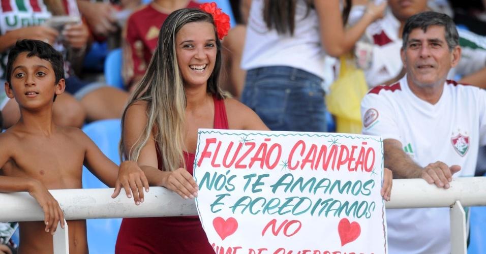 Torcedora do Fluminense leva mensagem de incentivo ao seu time