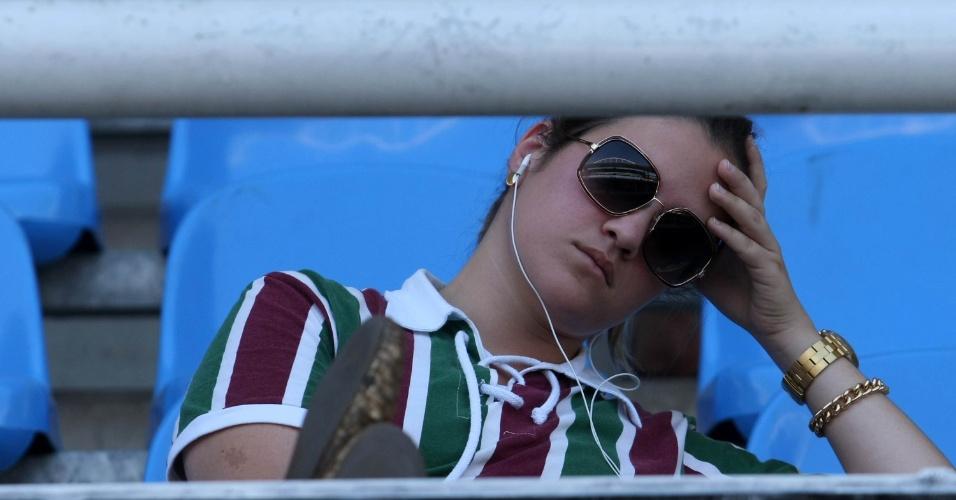 Torcedora do Fluminense mostra tensão antes do início da decisão