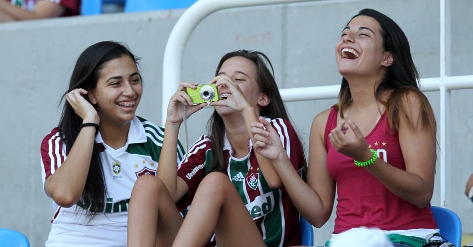 Torcedoras do Fluminense se divertem antes do início da final