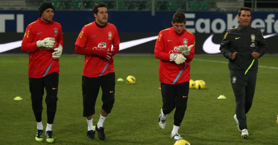 Diego Alves, Júlio César e Rafael, goleiros da seleção, treinam para o duelo contra a Bósnia