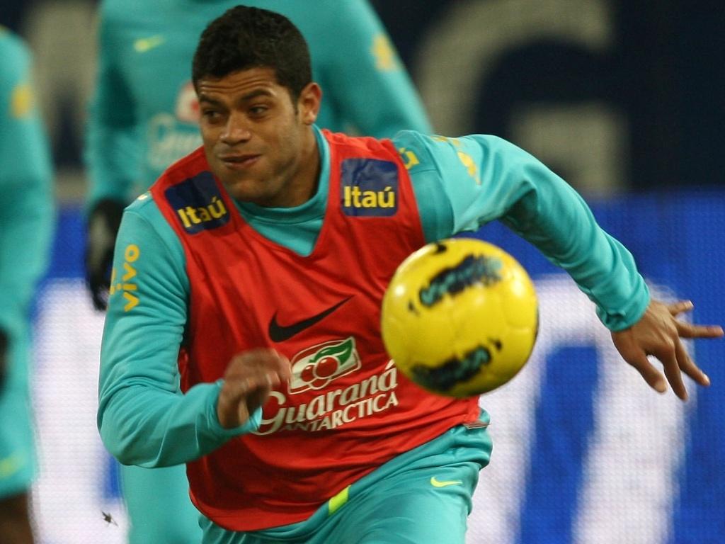 Hulk corre e tenta controlar a bola durante o treino da seleção