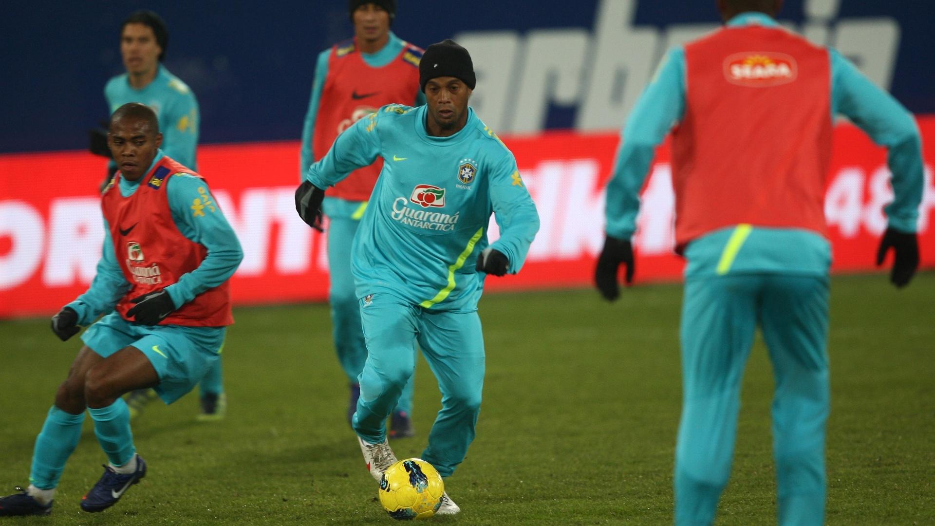 Ronaldinho Gaúcho conduz a bola durante o treino da seleção brasileira