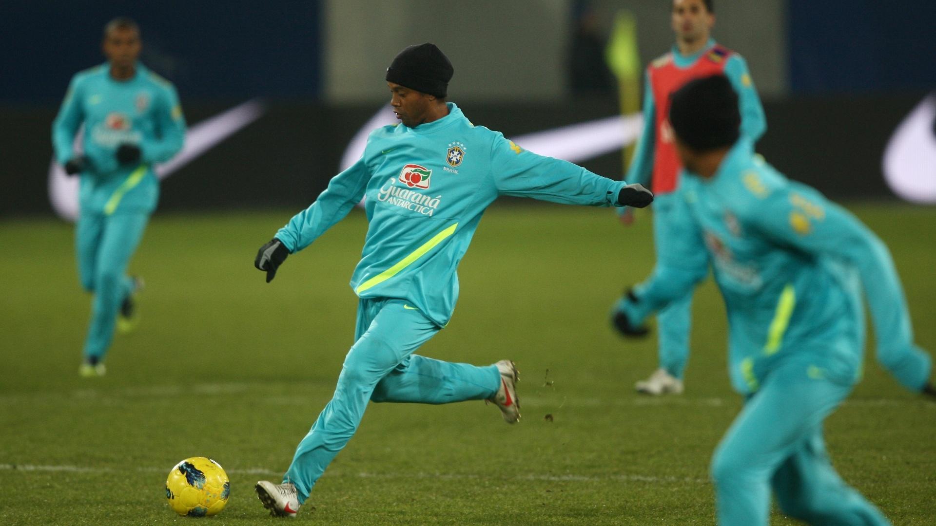 Ronaldinho Gaúcho treinou entre os titulares no coletivo desta segunda-feira