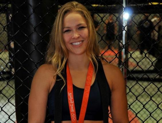 Ronda Rousey posa para foto com medalha de bronze conquistada na disputa do judô, nos Jogos Olímpicos de Pequim, em 2008